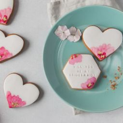 https://www.notonthehighstreet.com/honeywellbakes/product/will-you-be-my-bridesmaid-biscuit-gift-set